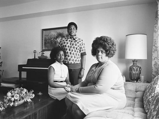 Linda Brown (der.) junto a sus dos hijos posan para una foto en Topeka, Kansas, en 1974.