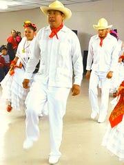 Juan Manuel Guardián Romero, en el centro, baila con Uarhani Tzipekua, un grupo de baile tradicional de Cherán, México.