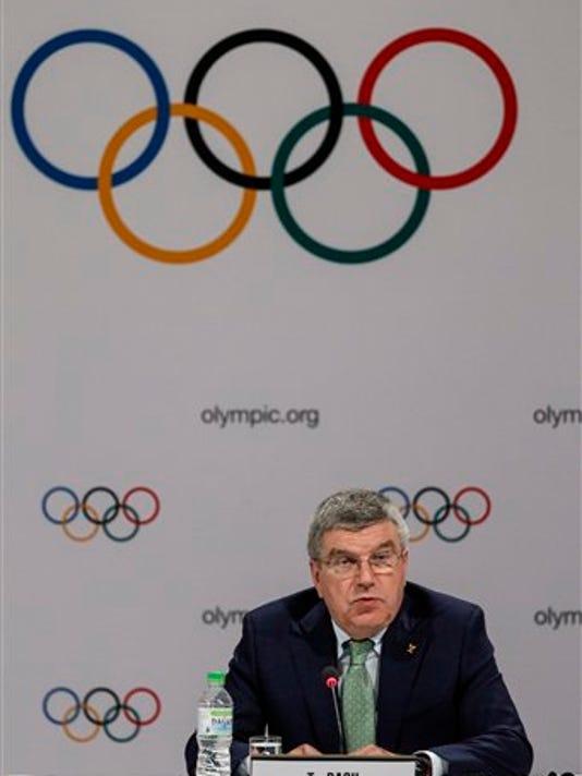 El presidente del Comité Olímpico Internacional (COI), Thomas Bach, habla durante una rueda de prensa en Kuala Lumpur, Malasia, el 29 de julio de 2015. (Foto AP/Joshua Paul)