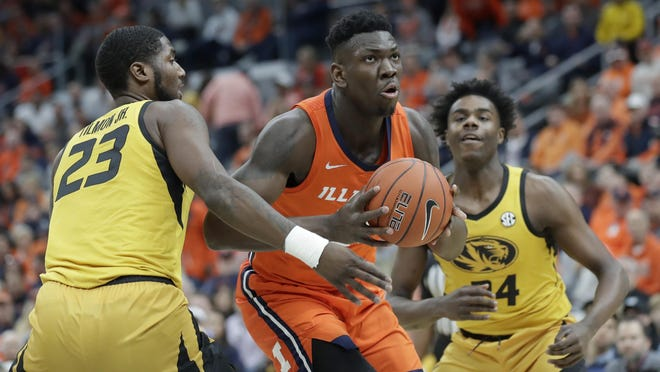 Illinois' Kofi Cockburn, center, drives past Missouri's Jeremiah Tilmon and Kobe Brown during the first half the 2019 Braggin' Rights game in St. Louis.