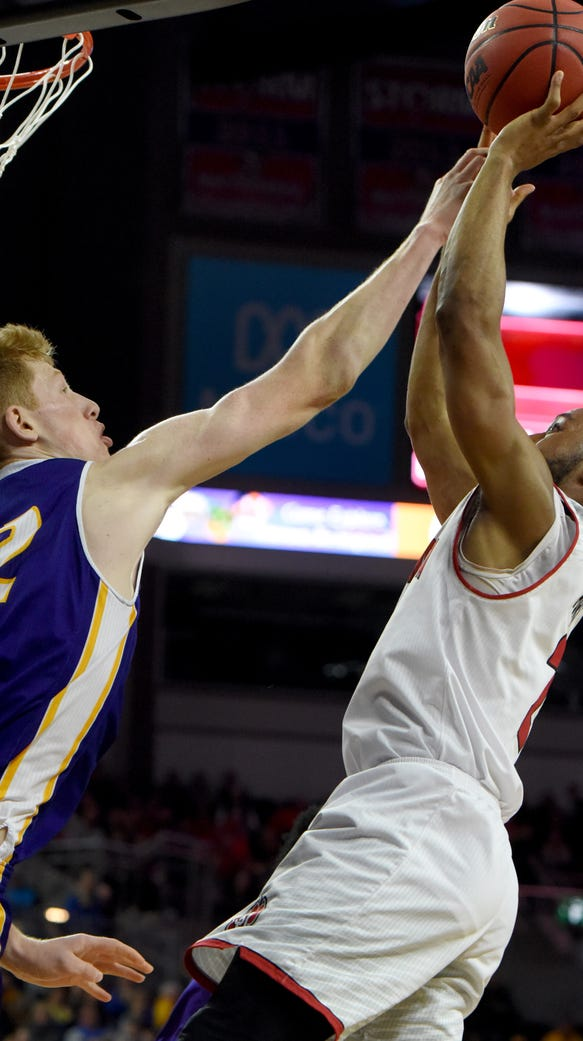 USD's Carlton Hurst shoots over Western Illinois's