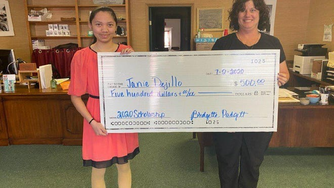 Smithville school district senior Jannie Dejillo accepts a We Support SISD scholarship from the Smithville Area Chamber of Commerce.