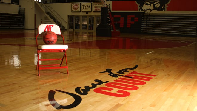 Dave Loos will officially announce his retirement on Monday after 27 years leading Austin Peay basketball.