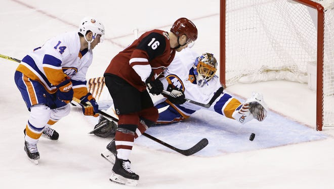 Arizona Coyotes' Max Domi (16) misses the net against New York Islanders in the 1st period on Jan. 22, 2018 at Gila River Arena in Glendale, Ariz.