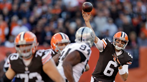 Cleveland Browns quarterback Brian Hoyer passes against
