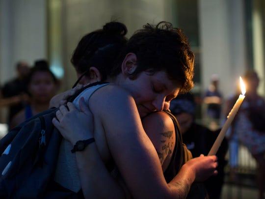 Miembros de la comunidad en Virginia lloran a las víctimas