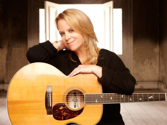 Country singer Mary Chapin Carpenter will play an acoustic