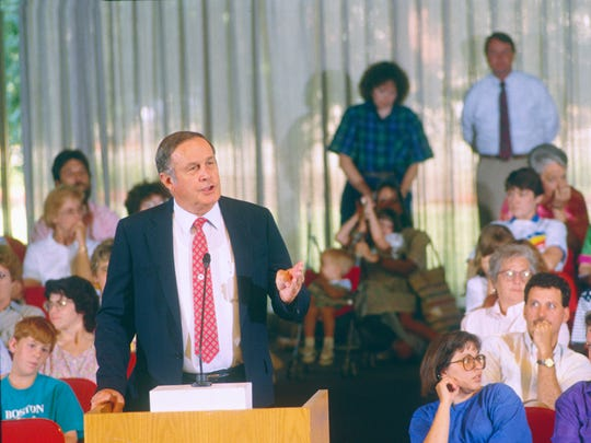 Superintendent Earl Hoffmeister addresses the Knox County Commission on May 31, 1991, on the need to build a new West Knox County elementary school to relieve overcrowding while closing a series of other schools that have low enrollment. Hoffmeister died Tuesday at age 90.