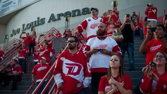 Detroit Red Wings' fans watch as players arrive outside of Joe Louis Arena for their game against the Ottawa Senators on Oct. 17, 2016.