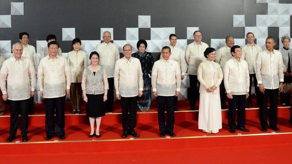 President Obama looks over at host Philippine President