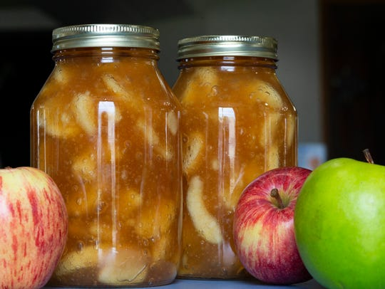 Apple pie filling for canning is made with a mix of