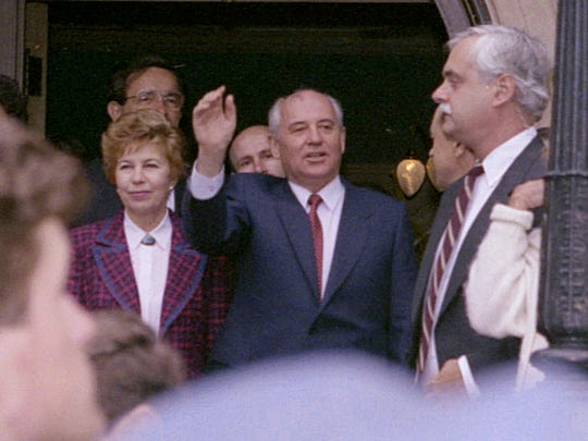 Mikhail Gorbachev and his wife, Raisa, leave the Governor's Residence in St. Paul.