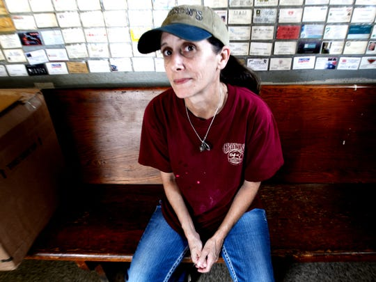Scheryl Kelsey, who works at GraysonÕs Bar-B-Q and