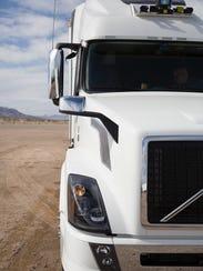 Los camiones de Uber solo completan las corridas de las autopistas y se reúnen con los camioneros locales en los cubos por las salidas para transferir sus productos para la entrega local.
