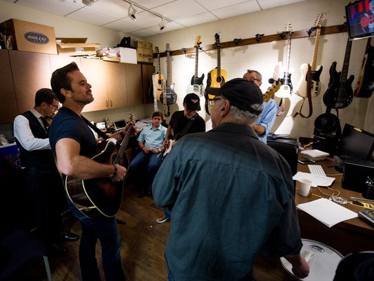 Charles Esten rehearses before his performance at the