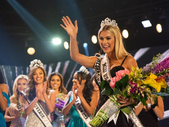 Miss Nebraska, Sarah Rose Summers, is crowned Miss