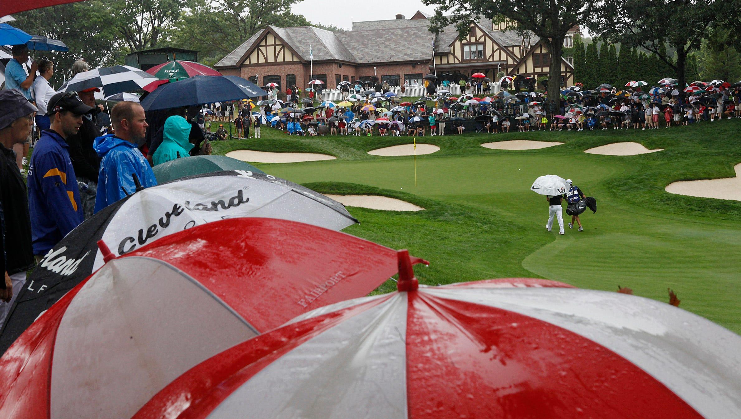 Umbrellas line the course at Oa Hill.