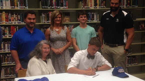 North Buncombe senior David Elkins has signed to play college basketball for Mars Hill.