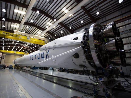 635642531670793333-Spx6-f9-dragon-in-hangar