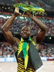 Usain Bolt rinde homenaje a sus zapatos luego de ganar