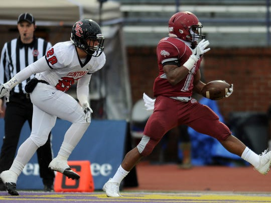 Memphis East's Timothy Taylor (1) runs into the end