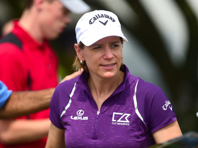 Annika Sorenstam signs autographs for fans at En-Joie