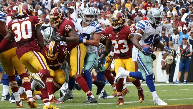 Dallas Cowboys running back Alfred Morris (46) scores the go-ahead touchdown against the Washington Redskins in the fourth quarter at FedEx Field. The Cowboys won 27-23.