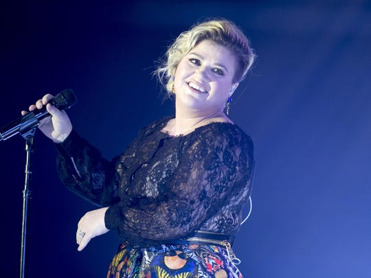 Singer Kelly Clarkson performs during Celebrity Fight