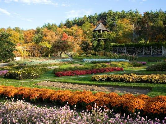 -POUMag_08-26-2012_Special_1_W022~~2012~08~08~IMG_-GardenFall.jpg_2011_1_1_A.jpg
