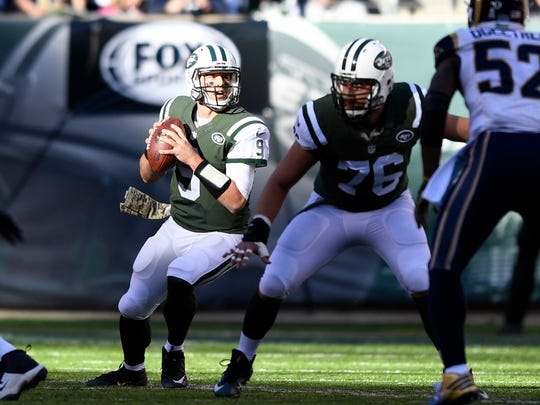 Jets quarterback Bryce Petty drops back to pass in the first half of the Jets 9-6 loss to the Rams on Sunday.