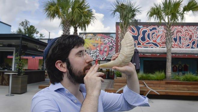 Rabbi Zalman Refson blows his shofar at Starland Yard.