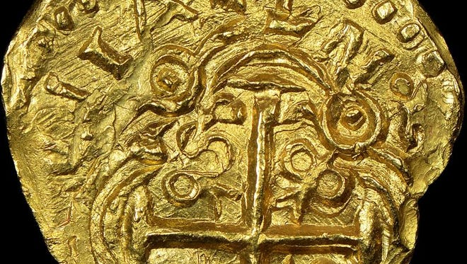 """Fotografía cedida del anverso de una moneda de 2 escudos acuñada en oro entre 1694 y 1713 en Colombia, que se incluye en un total de 224 monedas de oro que formaban parte del tesoro de un galeón español del siglo XVIII extraídas por """"cazatesoros"""" en la costa de Vero Beach, Florida."""