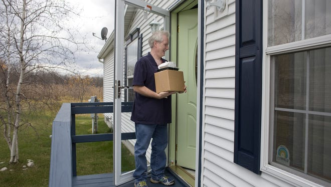 JEFFREY M. SMITH/TIMES HERALD Meals on Wheels driver Ken Smith delivers a meal Thursday in Fort Gratiot. Meals on Wheels volunteers will be delivering Thanksgiving meals next week. Meals on Wheels driver Ken Smith delivers a meal Thursday, November 19, 2015 in Fort Gratiot. Meals on Wheels volunteers will be delivering Thanksgiving meals next week.
