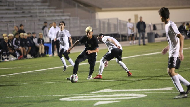 Mariner's Leo Perez moves down the field in a boys soccer match between Mariner and Bishop Verot.