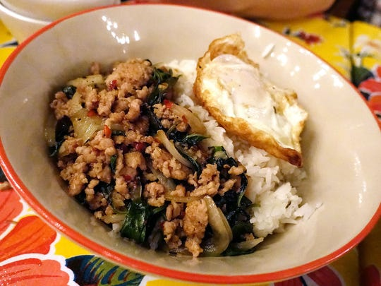Kapro gai kai dao, minced chicken stir-fry with Thai