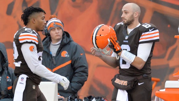 Cleveland Browns quarterback Brian Hoyer (6) grabs