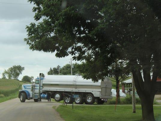 Milk-truck-backing-up-on-Lakeland-Rd-Dodge-Co.JPG
