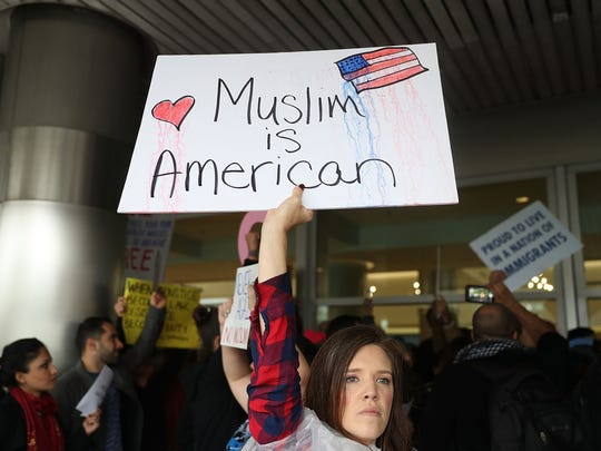 Protesta en un aeropuerto de Miami, en contra de las