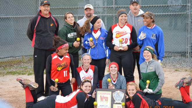 The Carolina Heat 16U softball team.