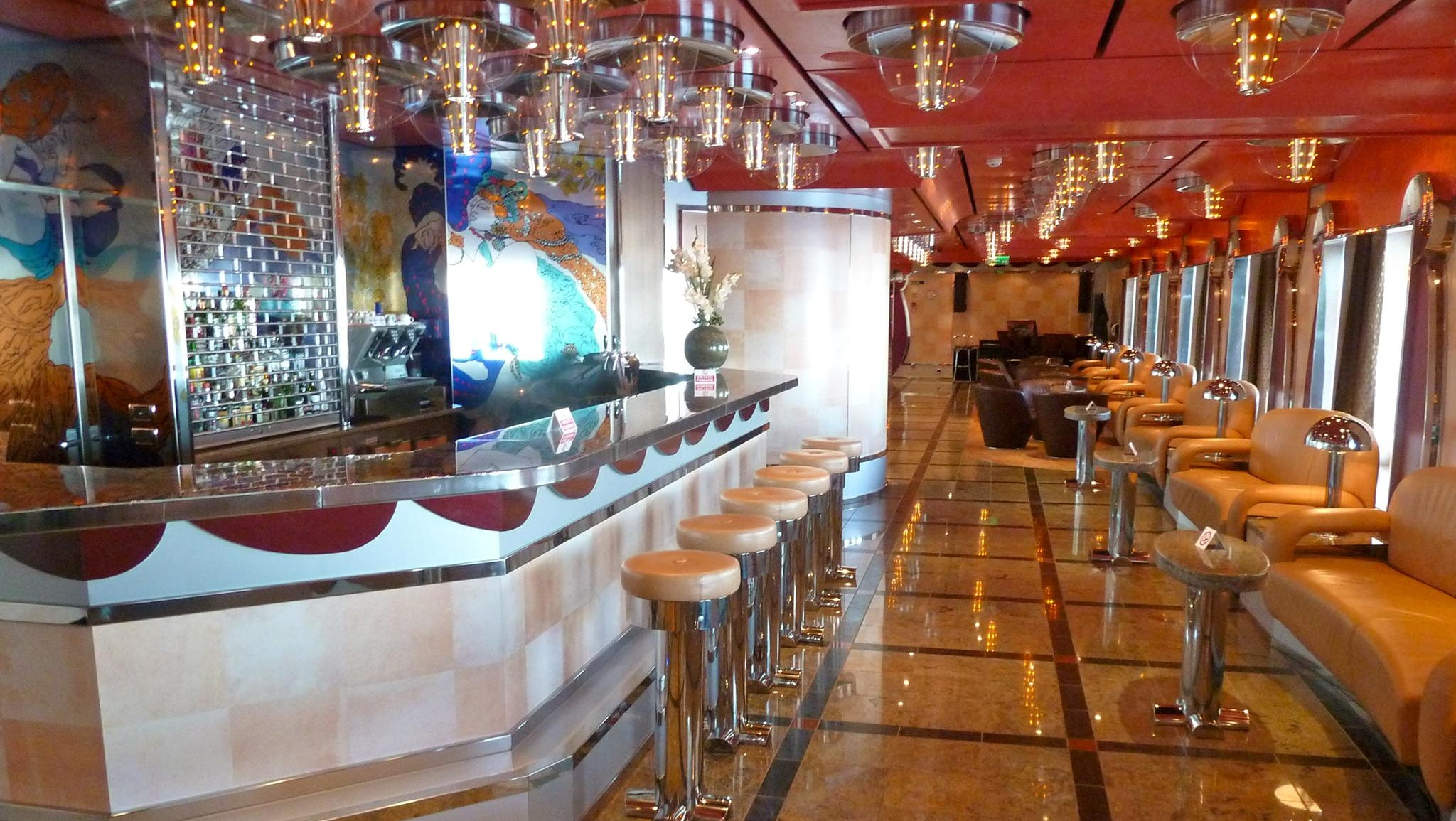 Azalea Deck continues aft on the starboard side of Atrio Deliziosa with the Lounge and Bar Vanilla, a popular pre- and post-dinner gathering spot.