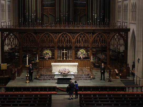 Mourners pause as former U.S. first lady Barbara Bush