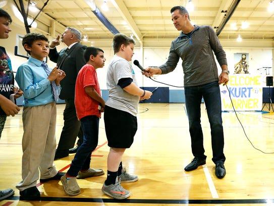 Kurt Warner speaks to children at the Stalnaker Unit