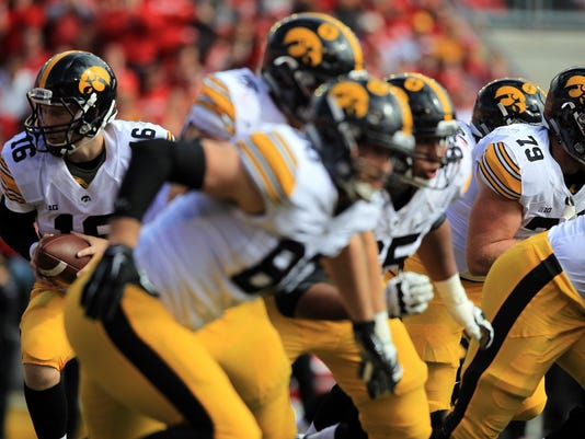 635795040114639969-IOW-1003-Iowa-vs-Wisconsin-fb-31