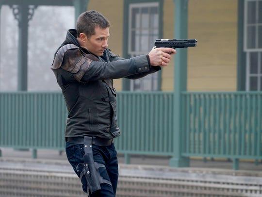 Luke Macfarlane plays space bounty hunter D'Avin in