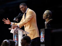 Randy Moss recognizes Greg Gunn on tie at Pro Football Hall of Fame enshrinement ceremony