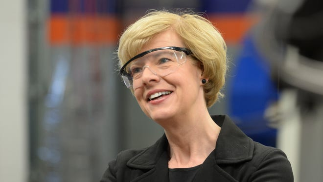 Sen. Tammy Baldwin talks manufacturing technology during a tour of the Bay Link Manufacturing lab at West High School.