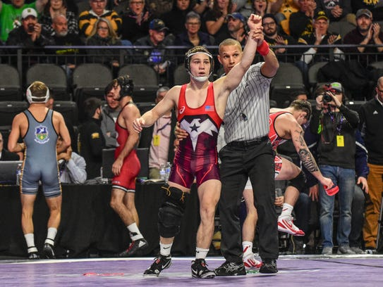 Spencer Lee defeated Edinboro's Sean Russell by a 15-0 technical fall during the first day of competition at the Midlands Championships on Friday.
