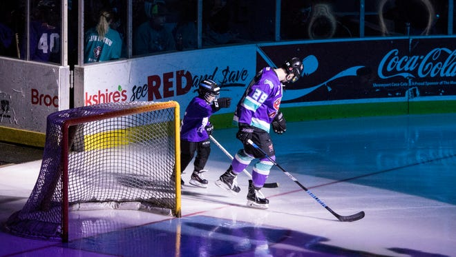 The Shreveport Mudbugs defeated the Odessa Jackalopes Friday night in a 5-2 win on George's Pond at the Hirsch Coliseum.