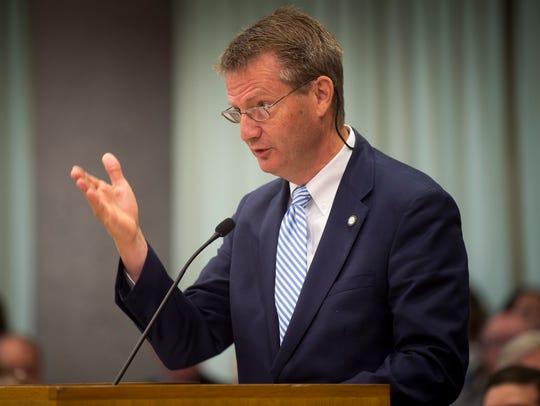 Knox County Mayor Tim Burchett presents the countyÕs