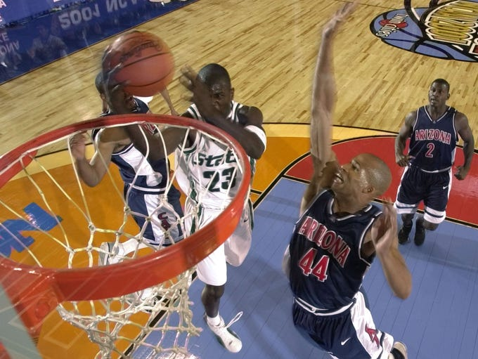 Michigan State's Jason Richardson (23) goes for a lay